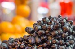Exhibición fresca de la uva en mercado Foto de archivo libre de regalías