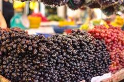 Exhibición fresca de la uva en mercado Imagen de archivo