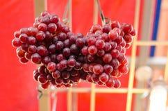 Exhibición fresca de la uva en mercado Fotos de archivo