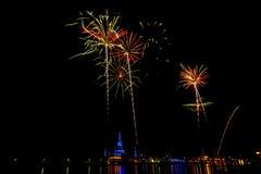 Exhibición hermosa del fuego artificial por la Feliz Año Nuevo 2016 de la celebración, Fotos de archivo