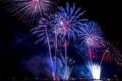 Exhibición hermosa del fuego artificial por la Feliz Año Nuevo 2016 de la celebración, Imagenes de archivo
