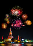 Exhibición hermosa del fuego artificial por la Feliz Año Nuevo de la celebración, bangk Imagen de archivo