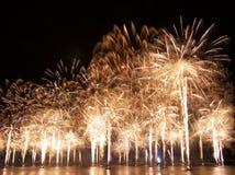 Exhibición ligera multicolora magnífica de la demostración y de los fuegos artificiales en el cielo nocturno oscuro sobre el Daug foto de archivo