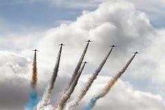 Exhibición roja de las flechas con humo Fotos de archivo libres de regalías