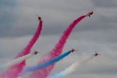 Exhibición roja del equipo de la exhibición de las flechas de Royal Air Force en la internacional real Fotografía de archivo