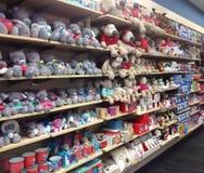 Exhibición suave de los juguetes en una tienda Fotos de archivo libres de regalías