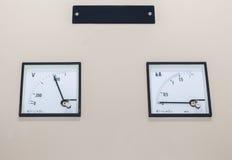 Exhibición técnica en el panel de control con el revelador del equipo eléctrico imagenes de archivo