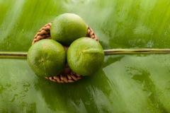 Exhibición verde de limones en el mercado y los tres Imagenes de archivo