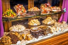 Exhibición de cristal italiana de la tienda de pasteles Foto de archivo