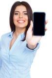 Exhibición de la demostración de la mujer joven del teléfono celular móvil con la pantalla negra Fotografía de archivo libre de regalías