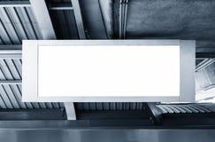 Exhibición en blanco de la plantilla de la caja de luz de la bandera de la cartelera en la estación Fotografía de archivo libre de regalías