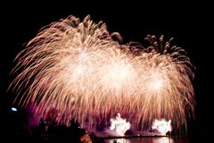 exhibiciones coloridas hermosas del fuego artificial para nuevo feliz de la celebración Imagenes de archivo