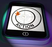 Exhibiciones de Smartphone de la acción que actúan para alcanzar metas Imágenes de archivo libres de regalías