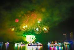 Exhibiciones hermosas del fuego artificial en la demostración de la noche de FLORIA Fotos de archivo