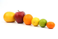 Exhibido en varias frutas en el fondo blanco fotos de archivo
