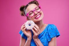 Exhilarated微笑的妇女用被洒的多福饼 免版税图库摄影