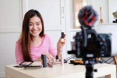 Exibição asiática nova do blogger da beleza da mulher como compor o vídeo a Turquia fotos de stock