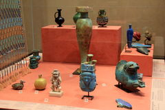 Exibição colorida que cobre partes de produtos manufaturados egípcios, o Louvre, Paris, França, 2016 Imagens de Stock Royalty Free