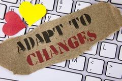 A exibição conceptual da escrita da mão adapta-se às mudanças Adaptação inovativa das mudanças do texto da foto do negócio com o  fotografia de stock royalty free