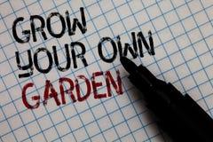 A exibição conceptual da escrita da mão cresce seu próprio jardim A jardinagem orgânica do texto da foto do negócio recolhe veget fotografia de stock
