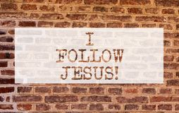 Exibição conceptual da escrita da mão eu sigo Jesus Foto do negócio que apresenta a demonstração religiosa com lote do amor da fé imagem de stock