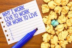 Exibição conceptual da escrita da mão porque eu trabalho Live To Work Or Work para viver Texto da foto do negócio que identifica  fotografia de stock royalty free