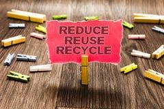 A exibição conceptual da escrita da mão reduz a reutilização recicla As maneiras do texto da foto do negócio podem eliminar o des imagens de stock royalty free