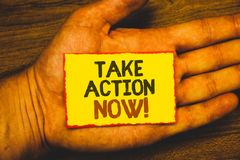 A exibição conceptual da escrita da mão toma a chamada inspirador da ação agora Foto do negócio que apresenta o começo urgente do Imagens de Stock