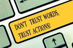 A exibição conceptual Don T da escrita da mão confia ações da confiança das palavras Texto da foto do negócio menos a fala de mai imagens de stock royalty free