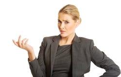 A exibição confusa da mulher irrita o gesto Foto de Stock Royalty Free