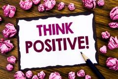 A exibição da inspiração do subtítulo do texto da escrita da mão pensa o positivo Conceito do negócio para a atitude da positivid imagem de stock