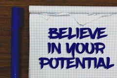 A exibição da nota da escrita acredita em seu potencial Apresentar da foto do negócio manda o motiavate da autoconfiança inspirar fotografia de stock