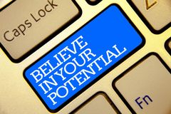 A exibição da nota da escrita acredita em seu potencial Apresentar da foto do negócio manda o motiavate da autoconfiança inspirar imagem de stock