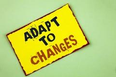 A exibição da nota da escrita adapta-se às mudanças Foto do negócio que apresenta a adaptação inovativa das mudanças com a evoluç foto de stock