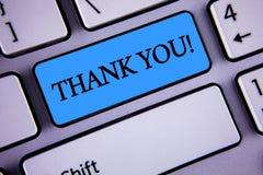 A exibição da nota da escrita agradece-lhe chamada inspirador Writte apresentando da gratitude do reconhecimento do cumprimento d imagem de stock