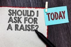 Exibição da nota da escrita se eu pedir uma pergunta do aumento Aumento de exigência apresentando da foto do negócio em seu mês foto de stock royalty free