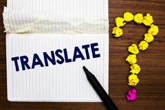 A exibição da nota da escrita traduz Foto do negócio que apresenta uma outra palavra com o mesmo significado equivalente de um ca foto de stock