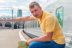 Exibição do homem aonde ir na estação Imagens de Stock Royalty Free