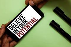 A exibição do sinal do texto acredita em seu potencial A foto conceptual manda o motiavate da autoconfiança inspirar-se equipar a foto de stock royalty free