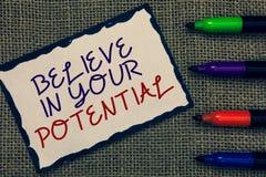 A exibição do sinal do texto acredita em seu potencial A foto conceptual manda o motiavate da autoconfiança inspirar-se a página  fotos de stock royalty free