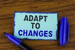 A exibição do sinal do texto adapta-se às mudanças Adaptação inovativa das mudanças da foto conceptual com a evolução tecnologico fotos de stock