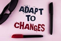 A exibição do sinal do texto adapta-se às mudanças Adaptação inovativa das mudanças da foto conceptual com a evolução tecnologico imagens de stock royalty free