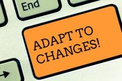 A exibição do sinal do texto adapta-se às mudanças Adaptação inovativa das mudanças da foto conceptual com o teclado tecnologico  imagem de stock royalty free