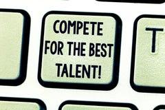 A exibição do sinal do texto compete para o melhor talento Competição conceptual da foto determinar quem é um teclado mais talent foto de stock