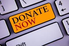 A exibição do sinal do texto doa agora A foto conceptual dá algo à caridade seja uma ajuda do dador de órgãos outro conceito para foto de stock royalty free