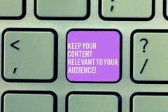 A exibição do sinal do texto mantém seu índice relevante a sua audiência Chave de teclado das estratégias de marketing da foto co imagens de stock royalty free