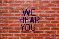 Exibição do sinal do texto nós ouvimo-lo Foto conceptual que escuta arte de assistência atentamente profissional da parede de tij foto de stock