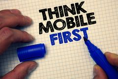 A exibição do sinal do texto pensa os legados Handheld da foto conceptual do móbil primeiramente que introduzem no mercado cinza  imagens de stock