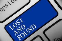 Exibição do sinal do texto perdida e encontrada Lugar conceptual da foto onde você pode encontrar o teclado esquecido Inte chave  fotos de stock
