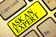 A exibição do sinal do texto pergunta a um perito Chave segura superior Inte do amarelo do teclado do totó da autoridade da curio imagens de stock
